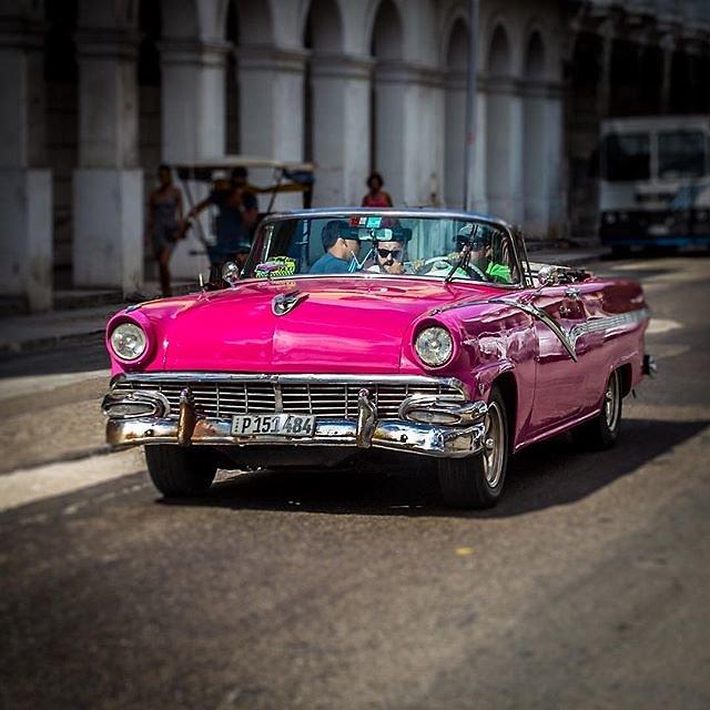 #cuba #havanna #habana #classiccar #oldtimer #streetphotography #pink